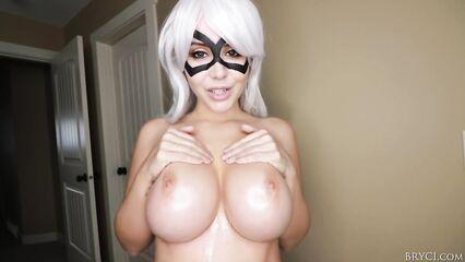 Сочная порно милфа в маске демонстрирует свои большие дойки